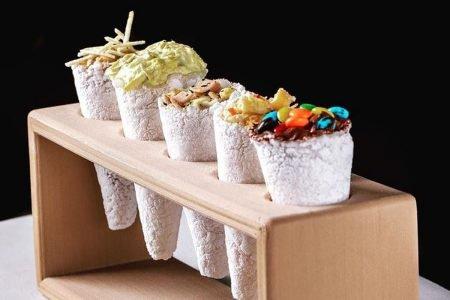 suporte com tapiocas recheadas em formato de cone