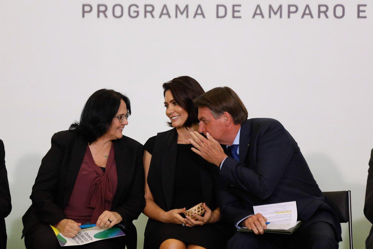 Ministra da Mulher, Damares Alves, Michelle Bolsonaro e Jair Bolsonaro durante solenidade no Palácio Planalto