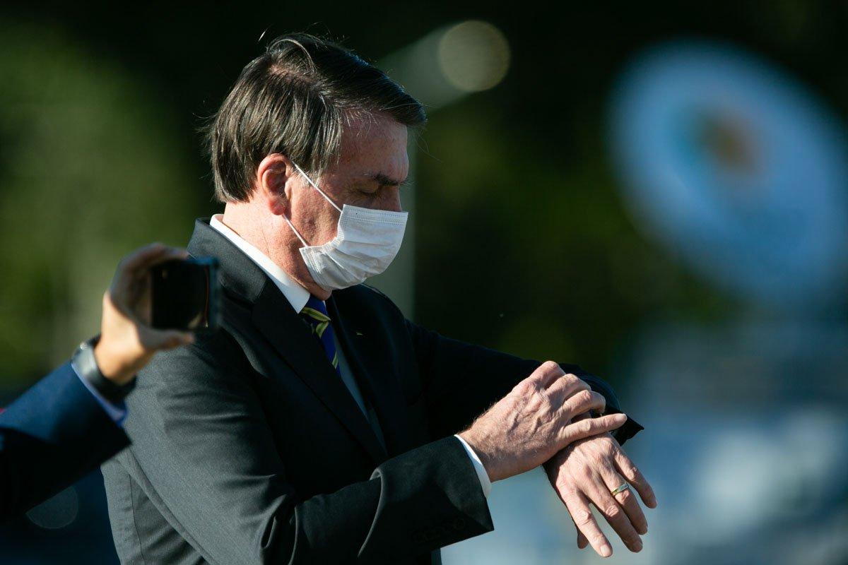 presidente bolsonaro no Alvorada usando máscara