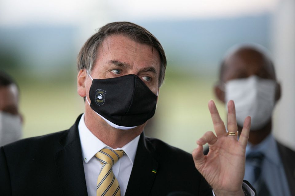 Presidente Jair Messias Bolsonaro cumprimenta apoiadores e fala com a imprensa