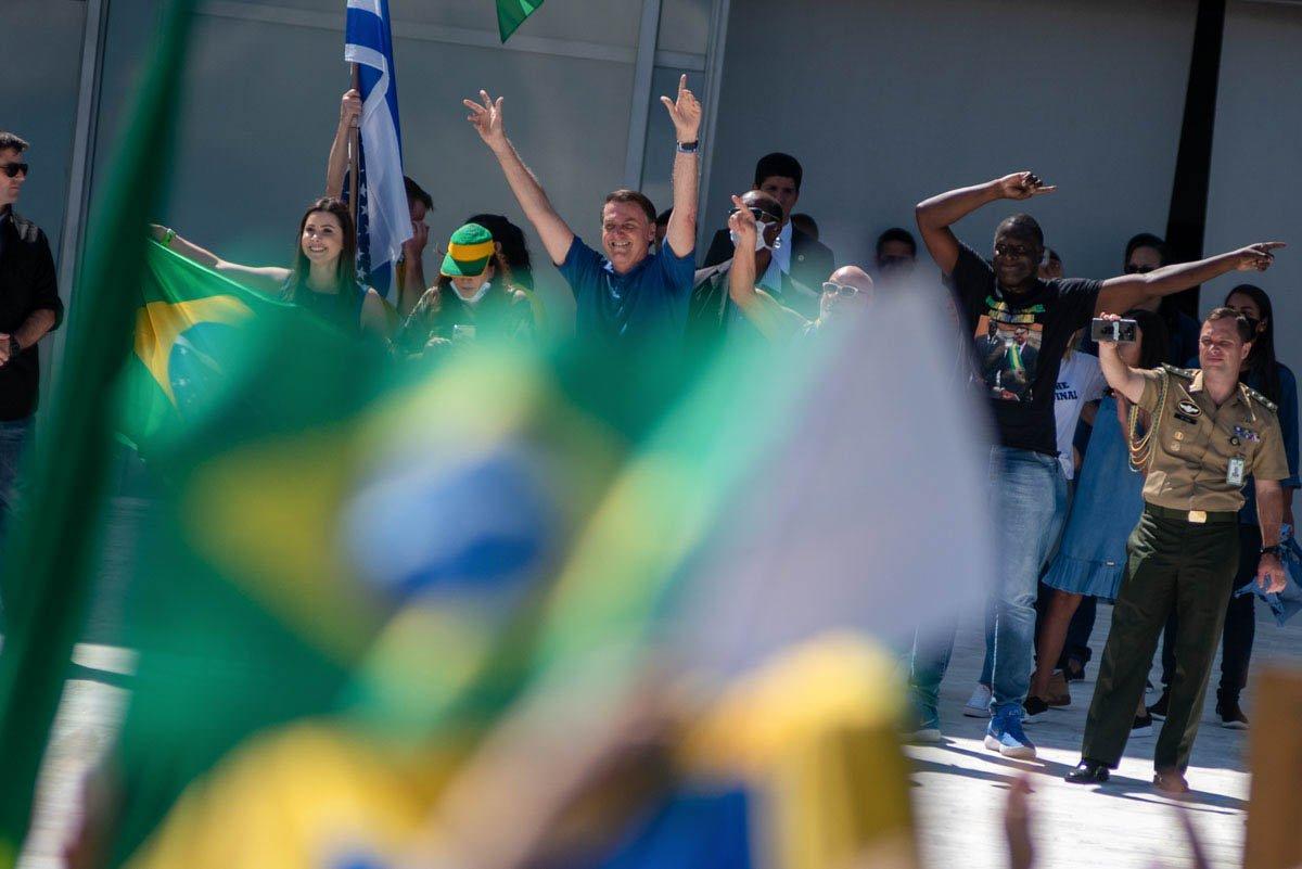 Bolsonaro participa da manifestação na rampa do Planalto