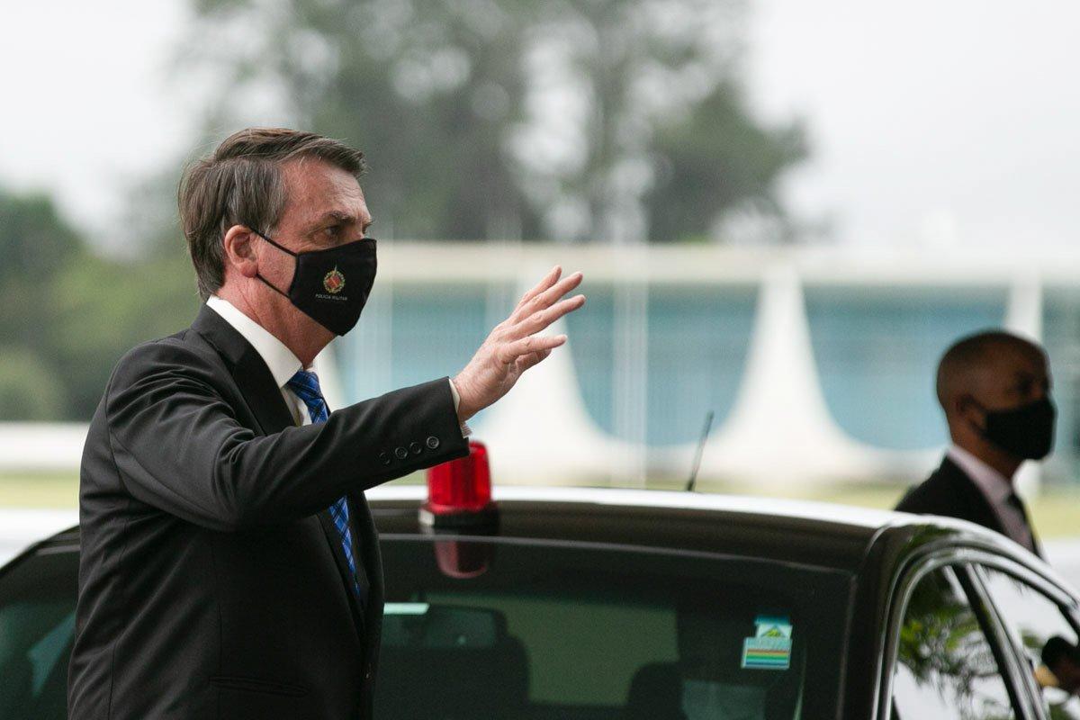 Presidente Bolsonaro conversa com apoiadores no Alvorada