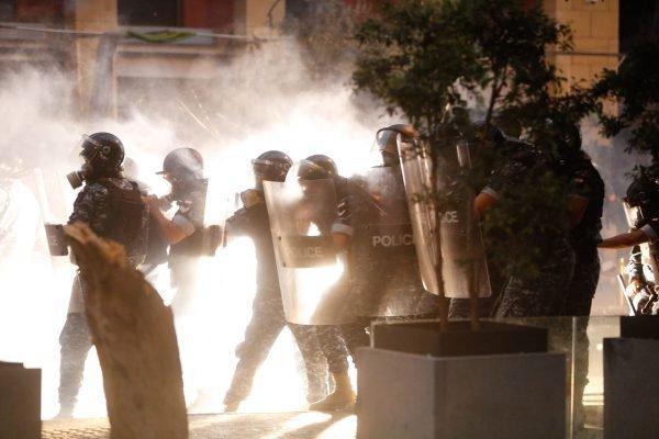 Manifestantes entram em confronto com policiais em protesto contra o governo em beirute