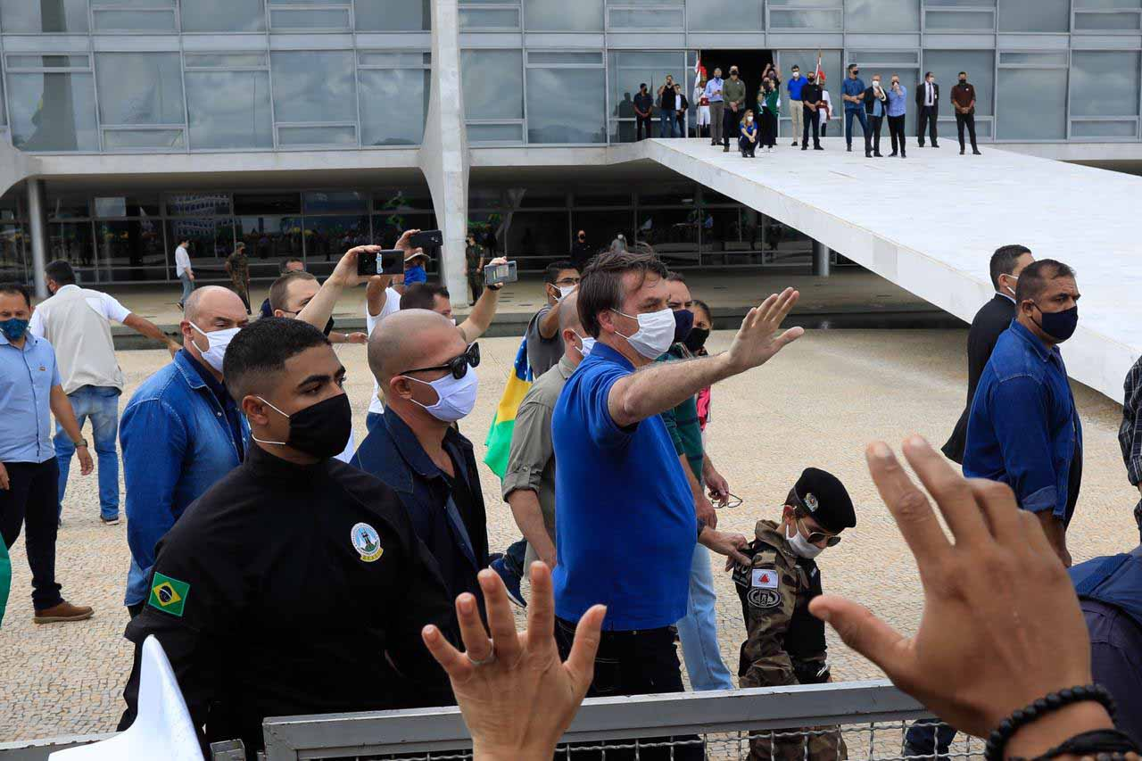 Bolsonaro fala com manifestantes durante protesto no Palácio do Planalto