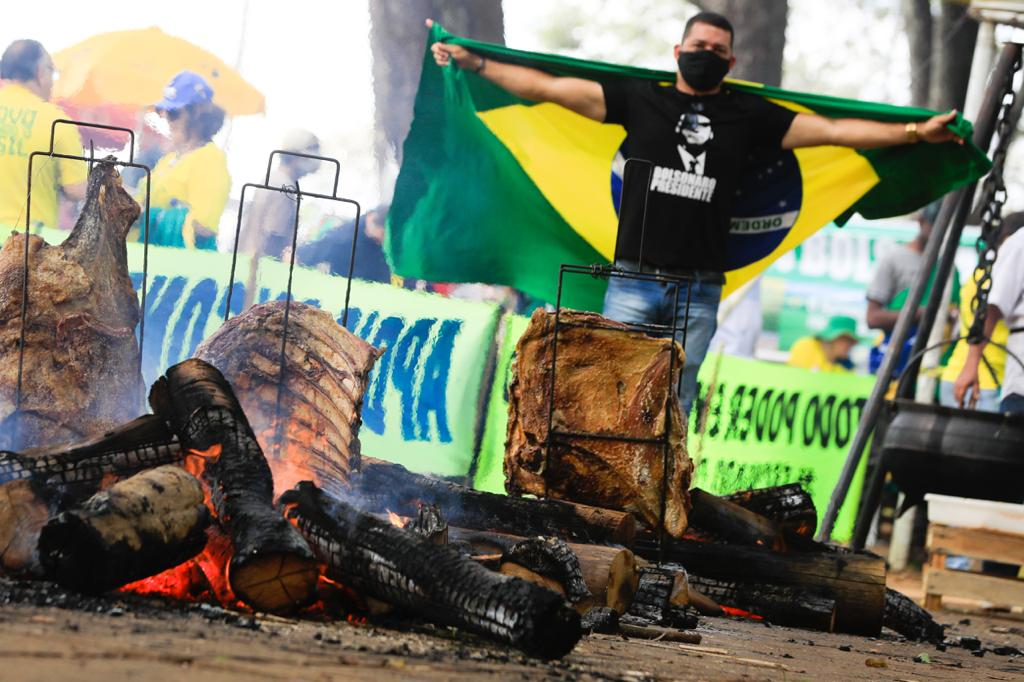 Manifestantes pro Bolsonaro fazem churrasco na Esplanada