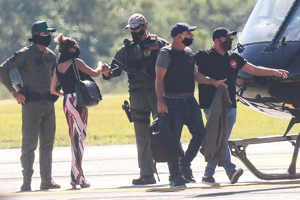 Queiroz é levado pela policia após ser preso