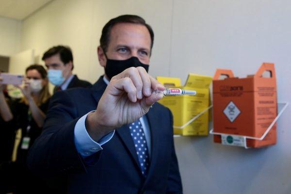 João Doria, acompanha aplicação da primeira dose da vacina Coronovac no Hospital das Clínicas de São Paulo.