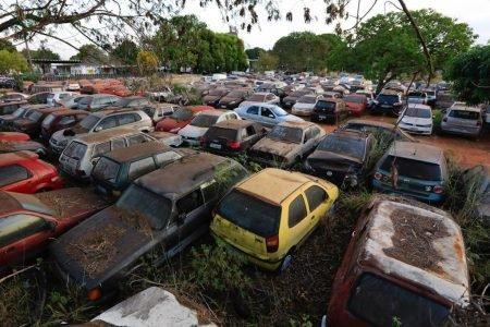 patio do detran df com carros amontados e abandonados