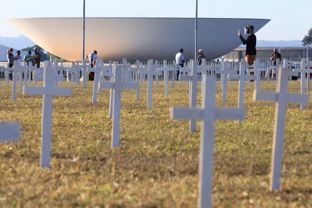 Protesto Stop Bolsonaro coloca mil cruzes na Esplanada