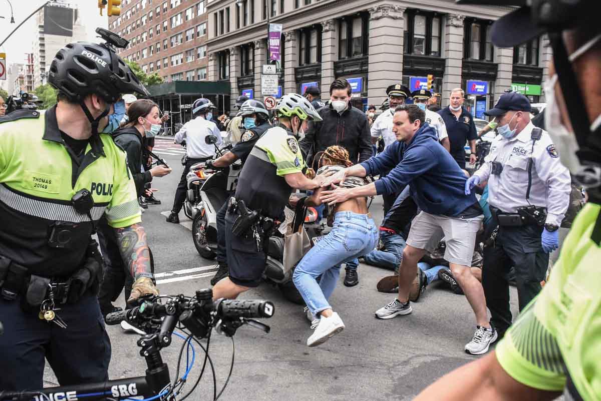 Manifestantes entram em conflito com a polícia durante uma manifestação contra a morte de George Floyd em Minneapolis
