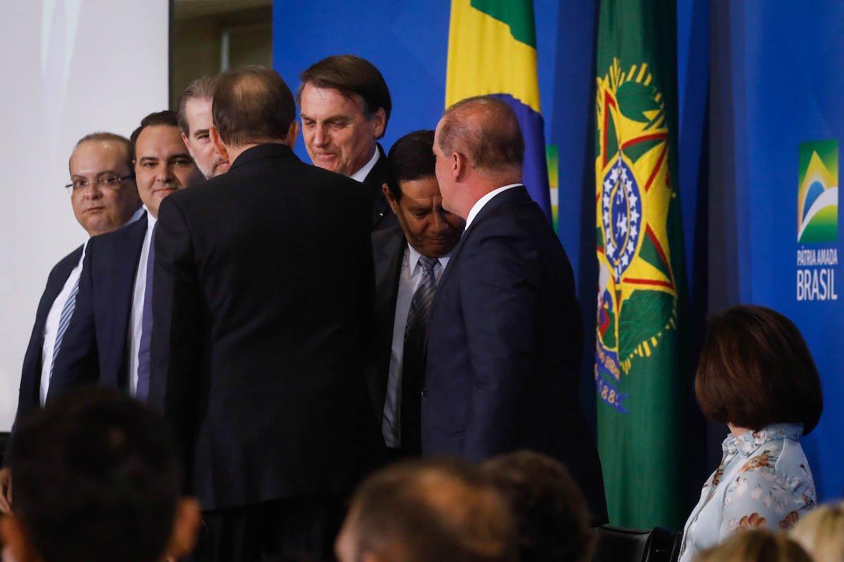 Governador Ibanies Rocha e o presidente jair Bolsonaro durante evento no Planalto com ministros