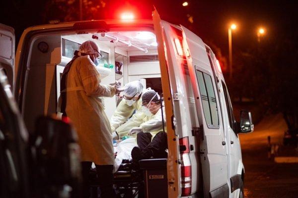 funcionarios da saude em atendimento a pacientes no hospital hran coronavirus