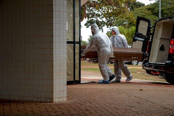 enterro coronavirus 100 mil mortos11