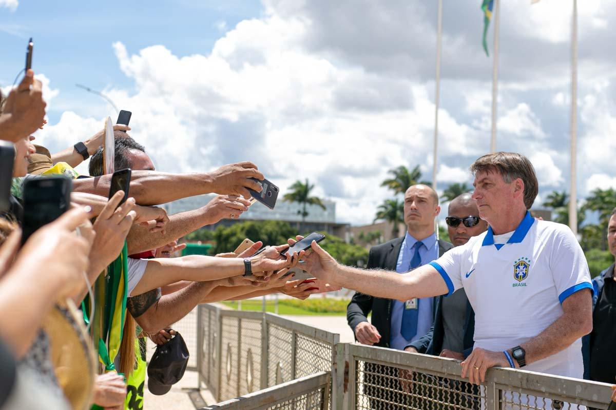 Presidente Jair Bolsonaro comprimenta participamente do protesto contra o Congresso Nacional e o STF