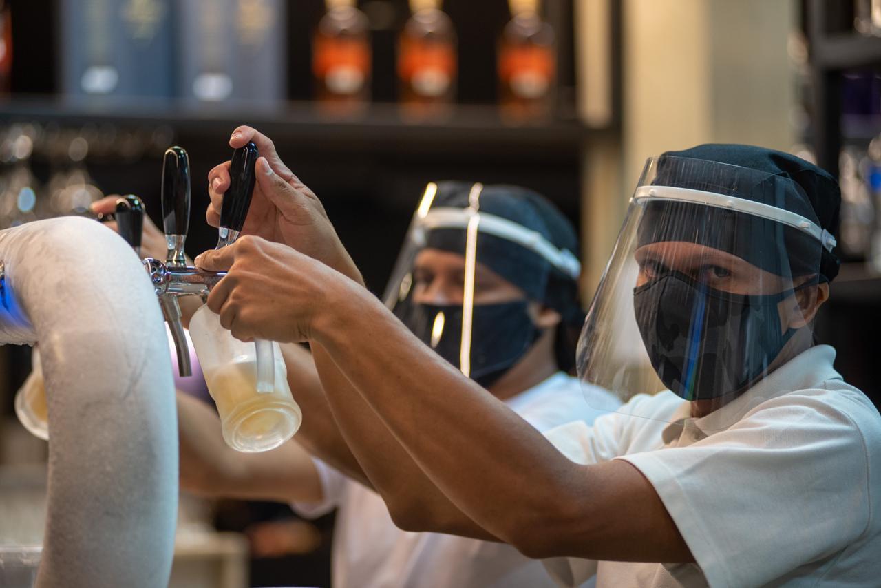 movimento bar apos abertura pelo governo durante pandemia