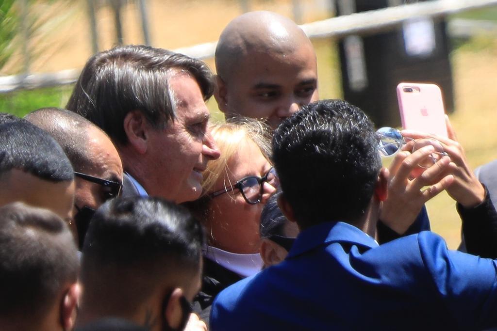 Bolsonaro fala com apoiadores na saida da igreja baleia
