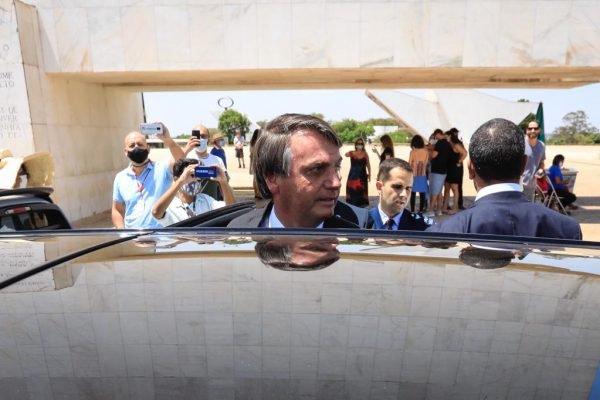 Bolsonaro fala com apoiadores na Praça dos Três Poderes