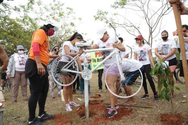 Ong rodas da paz, instala ghost bikes em homenagem a ciclistas que morreram nas vias do DF 1