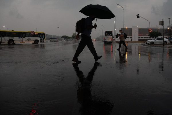 primeira chuva após um longo período de seca em brasília