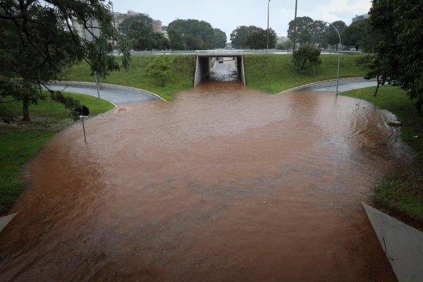 Tesourinha da 209/210 e das quadras 109/110 norte alaga após chuva forte em brasília