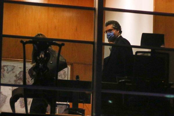 Ministro Ernesto Araújo em seu gabinete no Itamaraty após pedir demissão ao presidente Jair Bolsonaro 2