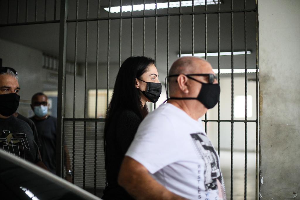 Monique Medeiros mãe do Henry são presos por morte do menino no Rio saindo da Cidpol