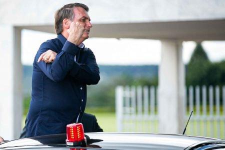Presidente Jair Bolsonaro faz gesto de banana para imprensa