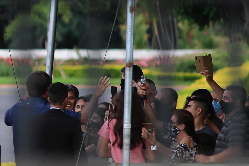 Presidente Jair Bolsonaro cumprimenta apoiadores sem máscara de proteção