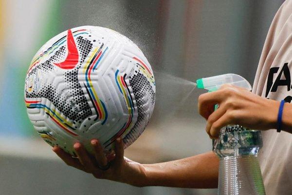 Gandula limpa a bola com álcool antes de retorna-la para o jogo. Protocolos tomados pela Conmebol durante a pandemia do Corona vírus. copa america