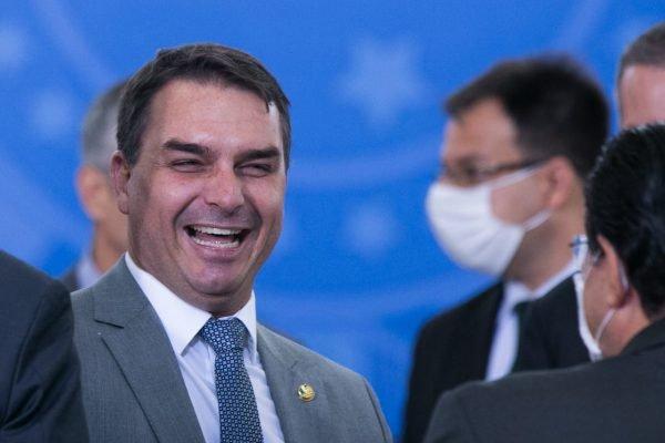 Flávio bolsonaro durante posse do novo ministro do turismo, Gilson Machado durante evento no planalto 1