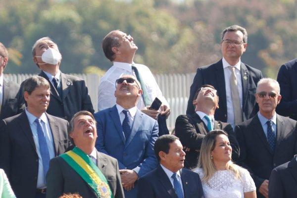 Solenidade Cívica de Hasteamento da Bandeira em comemoração ao dia da independência no Palácio da Alvorada. Autoridades acompanham a apresentação dos paraquedistas 7 de setembro governo bolsonaro 9